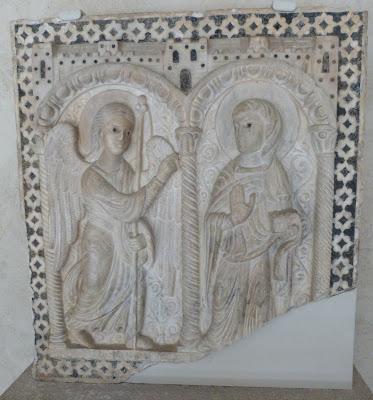 ROMÁNICO EN NUEVA YORK. THE CLOISTERS MET. Relieve en mármol de la Anunciación
