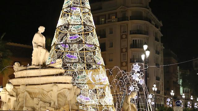 Plaza centrica Sevillana adornada por navidad