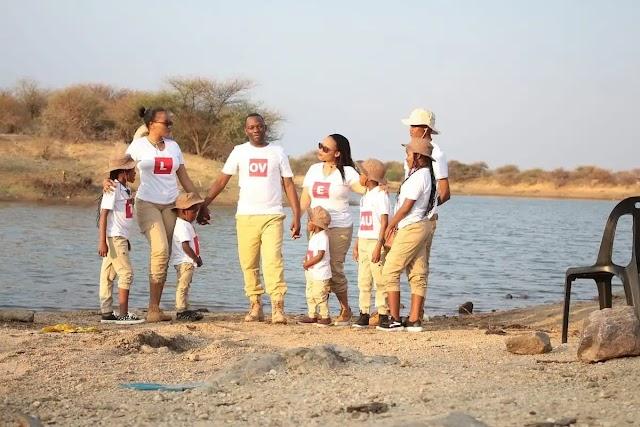 Pastor polígamo exibe com orgulho duas esposas e muitos filhos