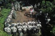 Tepat di Hari HUT RI ke 75, Satbrimobda Banten Kibarkan Bendera Merah Putih di Puncak Gunung Karang