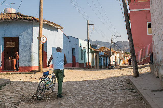 Un homme passe avec son vélo dans une rue de Trinidad (Cuba)