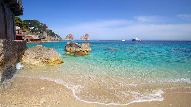 Faraglionis vistos da praia em Marina Piccola