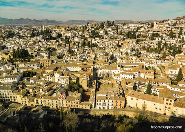 A Carrera del Darro vista da Alhambra, em Granada