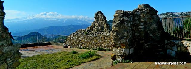 Castelo de Castelmola e vulcão Etna, Sicília, Itália