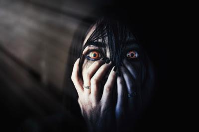 Mujer es asustada por fantasma
