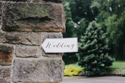 Cartel señalando dónde se celebra la boda