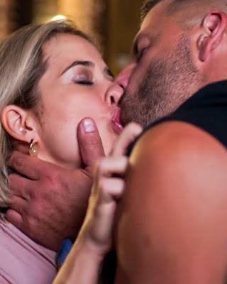 Lígia (Paloma Duarte) e Madureira (Henri Castelli) se beijam, em 'Malhação - Toda Forma de Amar'