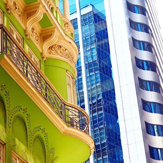 Edifícios ecléticos que se misturam com construções contemporâneas na Rua do Ouvidor