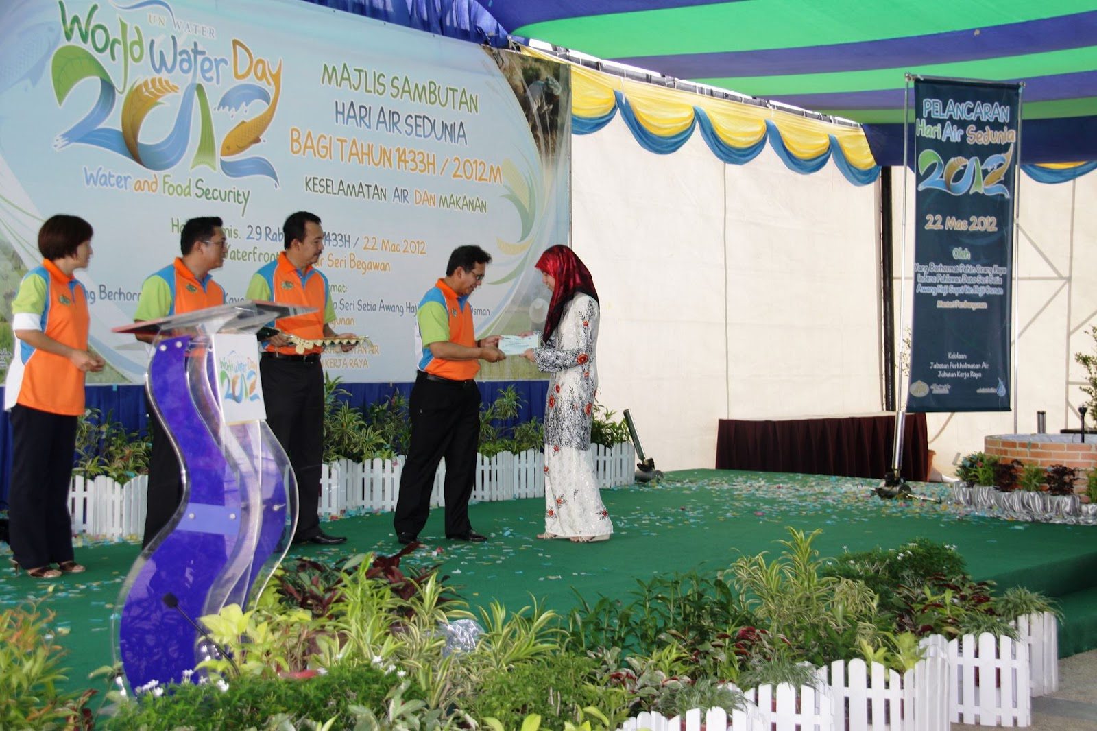 like it or leave it world water day essay writing competition 2012 the prize presentation ceremony was held at the waterfront at bandar a few days ago 600 for first prize winner i d say not bad not bad at all