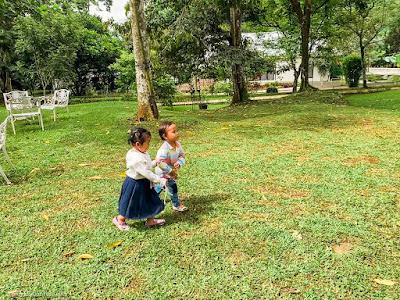 Bermain kejar kejaran di area Arun Daya Bumi Kayom, Salatiga