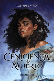 Portada de 'Cenicienta ha muerto' de Kalynn Bayron. Una joven de tez oscura, magullada y con un vestido azul, observa desafiante.