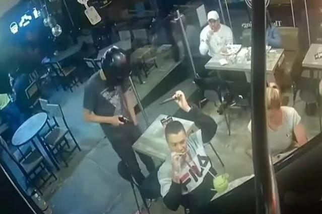 Homem mantém a calma e continua comendo seu frango frito durante assalto; assista