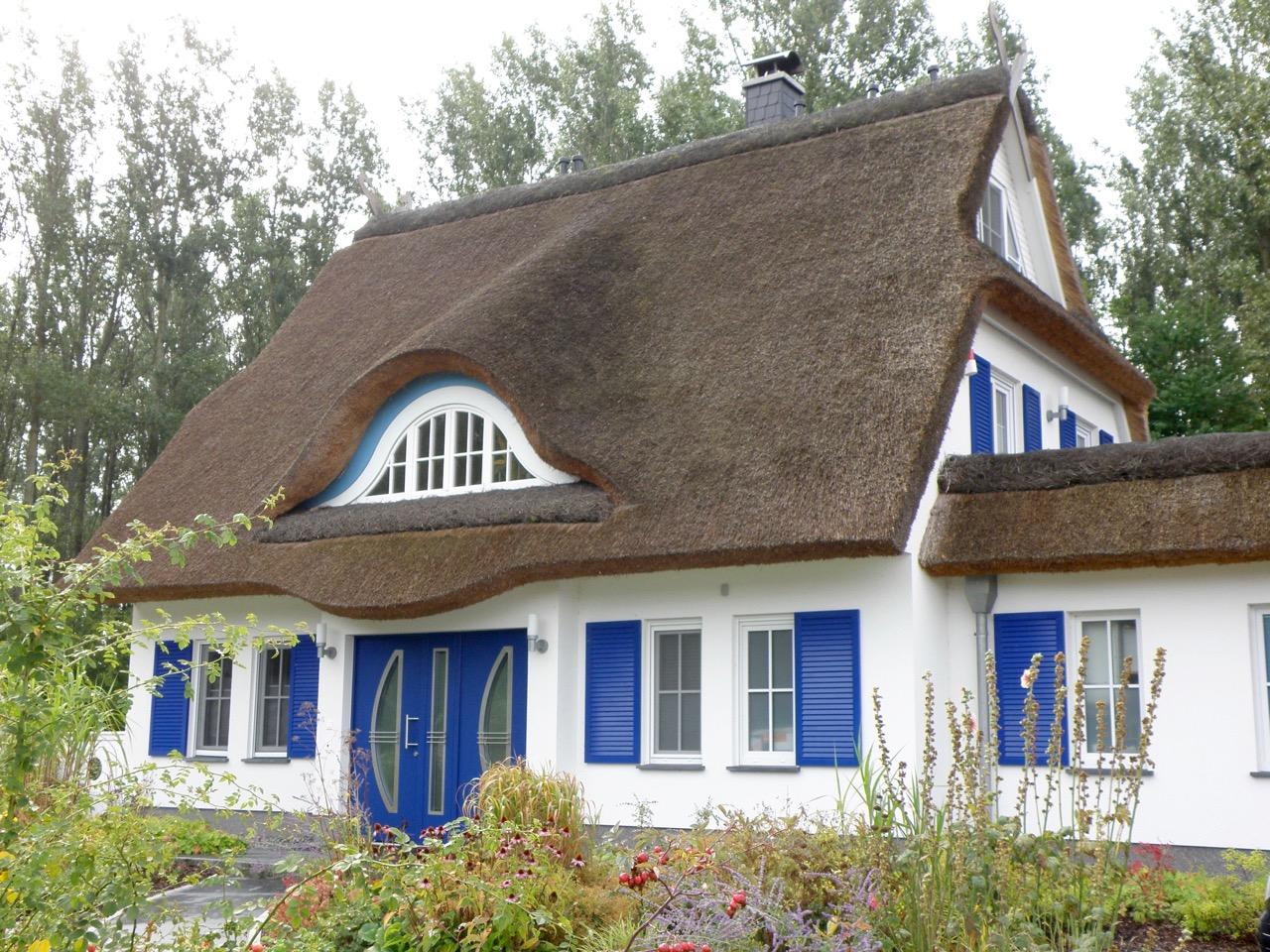 Villa Merle, Vorderansicht Eingang mit hübschem Vorgarten, Insel Rügen