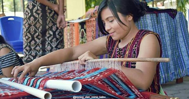 Seorang Wania sedang menenun tenun Khas Sabu