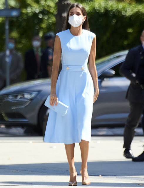 Queen Letizia wore a sky light blue sleeveless midi dress from Pedro del Hierro, and camel leather pumps from Prada