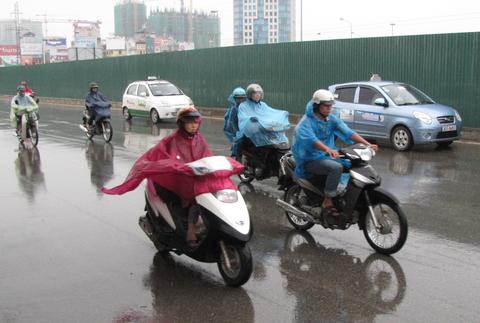 Phanh xe máy trên đường trơn an toàn đúng cách