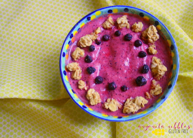 What's not to love about a gluten free smoothie bowl for a healthy breakfast? From Anyonita-nibbles.co.uk