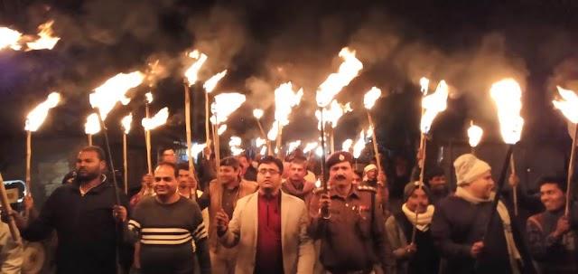 मानव श्रृंखला के समर्थन में अधिकारियों ने मकिया से बसैठ तक निकाला मशाल जुलूस
