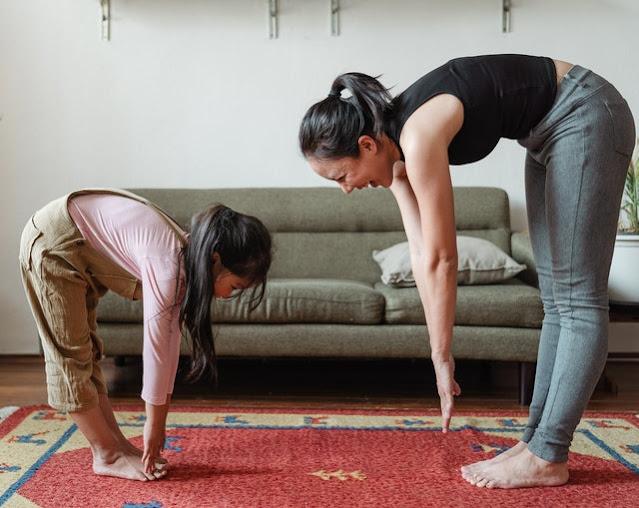 Madre e hija de origen oriental haciendo ejercicio