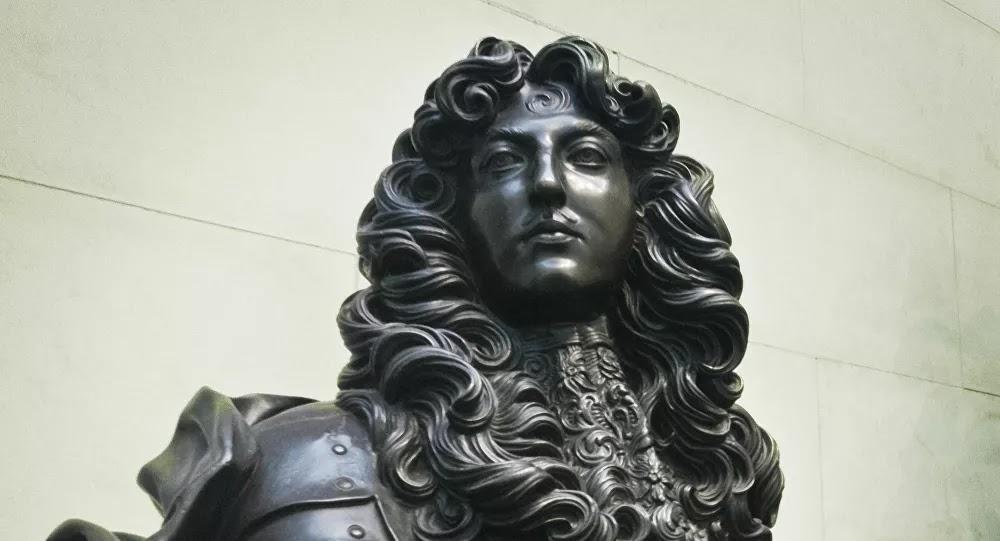 VIDÉO : À Caen, ceux qui protégeaient une statue de Louis XIV sont traités de «fachos»