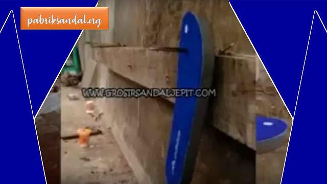 Proses Pemasangan Tali Japit - Pabrik Sandal Murah Garut