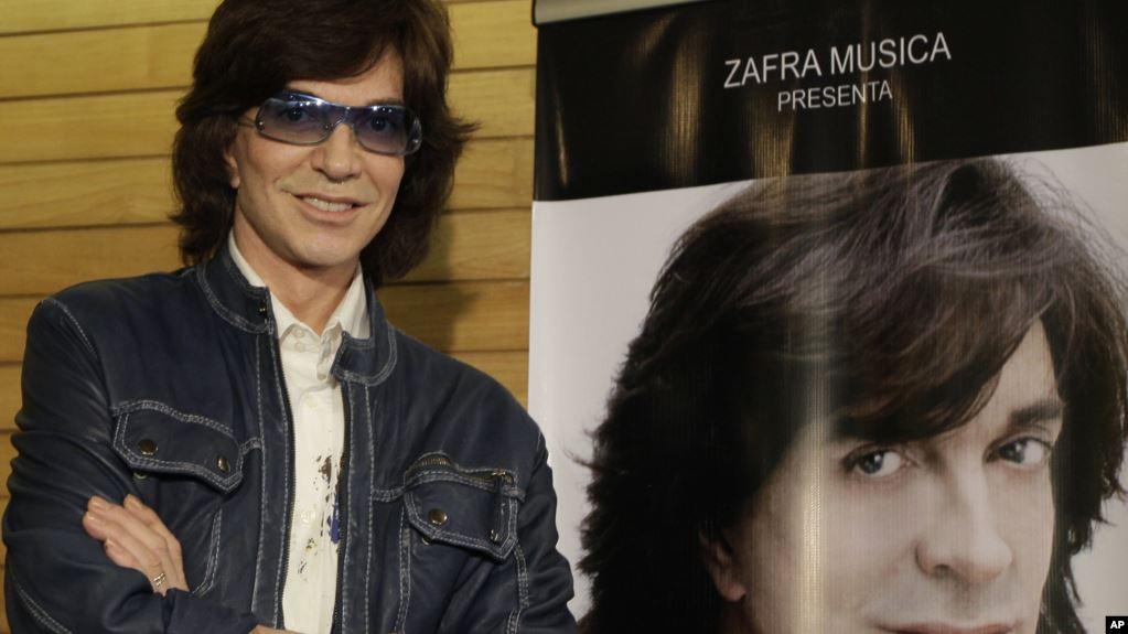 En esta foto del 4 de noviembre del 2009, el cantante español Camilo Sesto posa junto a un afiche con su imagen durante una conferencia de prensa en la Ciudad de México / AP