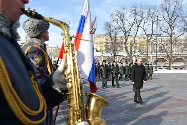 Putin laying wreath at Tomb of Unknown Soldier by the Kremlin Wall