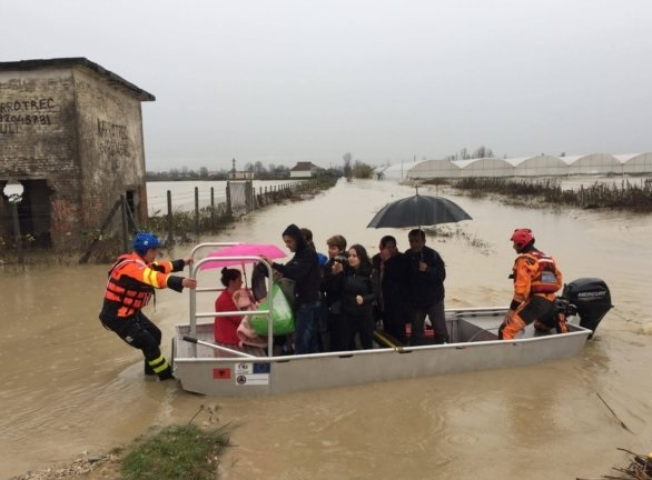 Kosovo rescue teams in action in Fier