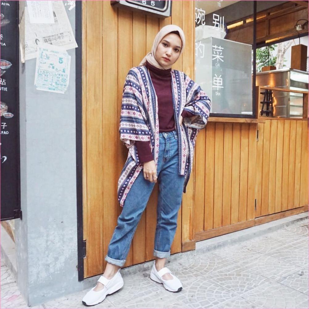 Outfit Celana Jeans Untuk Hijabers Ala Selebgram 2018 mangset merah maroon outer tribal biru tua kerudung segiempat hijab square krem pants jeans denim lace ups sneakers kets putih ootd trendy
