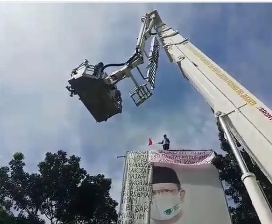 Viral, Evakuasi Pria Kibarkan Bendera di Atas Baliho Tinggi