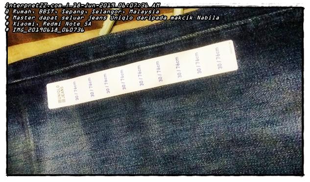 Gambar label ukuran saiz pinggang pada seluar jeans Uniqlo tersebut iaitu 30 inci bersamaan 76 cm.