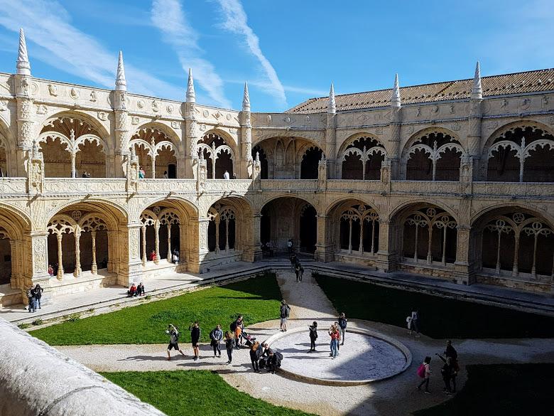 從 2F 俯視整座修道院
