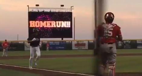 El zurdo decidió este lunes demostrar o que el béisbol es muy fácil o que él es un extraclase que no se deja vencer por la edad, y a sus 53 años de edad despachó cuadrangular por los Railroaders ante los Fargo-Moorhead RedHawks