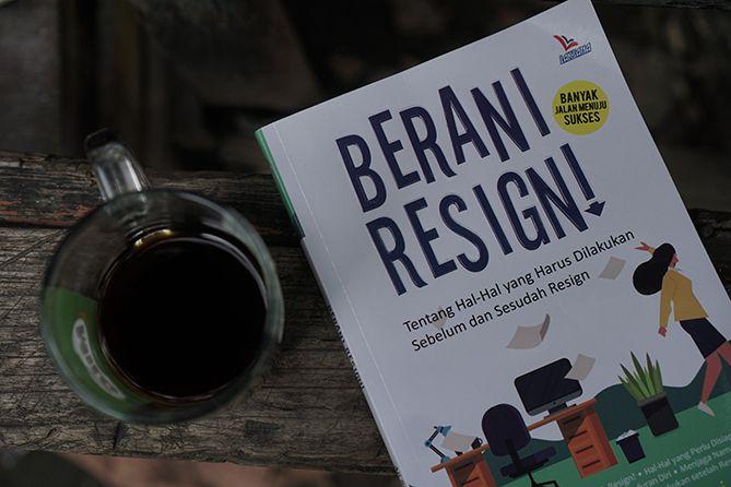 Buku Berani Resign karya Aji Sukma dan Elisabeth Murni