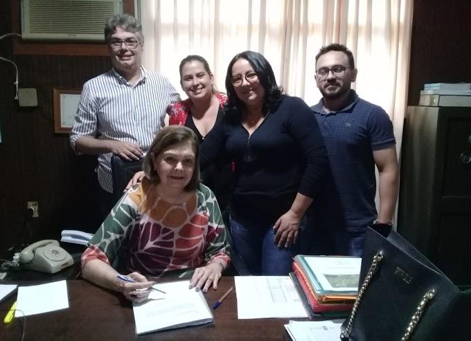 Prefeita Sandra recebe assinatura de doação terreno para construção de casas populares pelo Agrovila