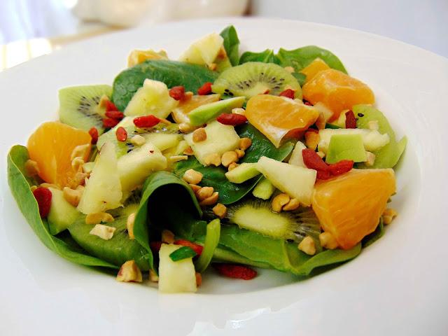 Salatka owocowa ze szpinakiem