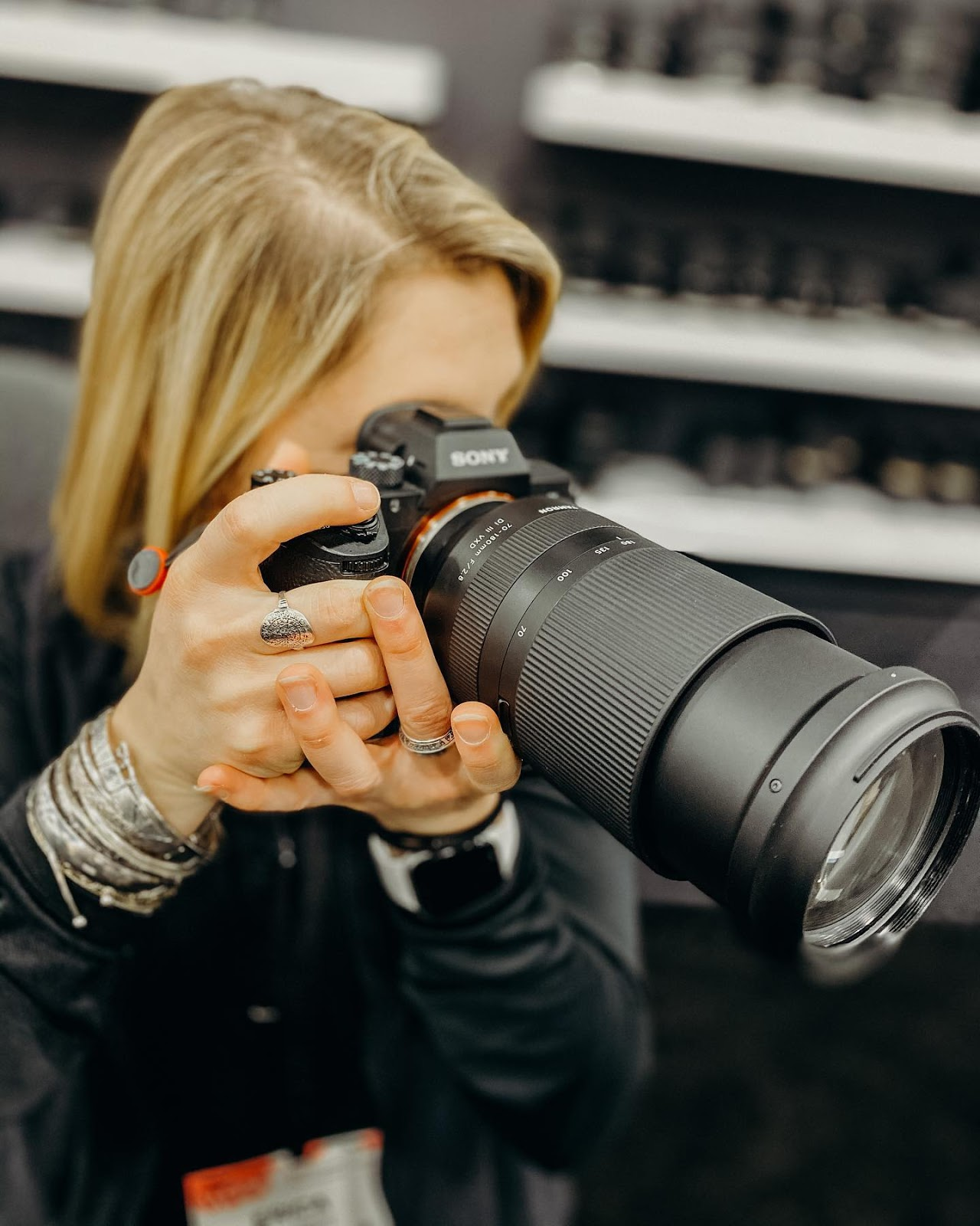 Фотограф снимает с помощью объектива Tamron 70-180mm f/2.8