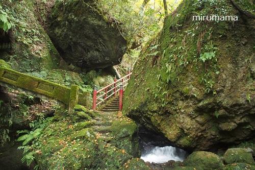 滝と赤い橋