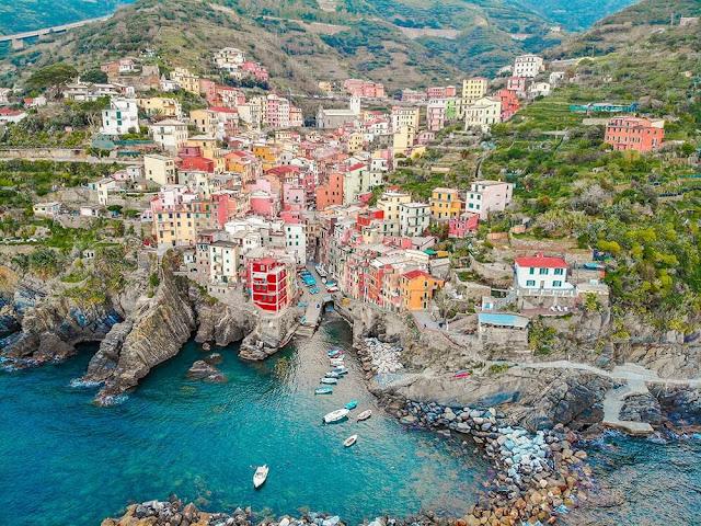 Để đến Cinque Terre, du khách có thể lựa chọn đi phà hoặc tàu. Lonely Planet khuyên mọi người nên sử dụng tàu để di chuyển giữa các ngôi làng. Ôtô cũng là một lựa chọn nhưng sẽ có vài điểm bất tiện như đường xấu, cấm xe, phí gửi đắt...     Sự bình yên của Cinque Terre khiến thời gian ở đây như chậm lại. Một chuyến du lịch tới đây nên kéo dài khoảng 3-4 ngày để bạn có thể làm quen với những con đường ngoằn ngoèo trong làng và thưởng thức đặc sản địa phương.