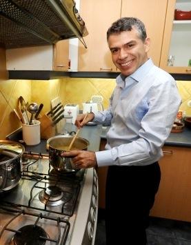 Foto de Julio Guzmán en su cocina