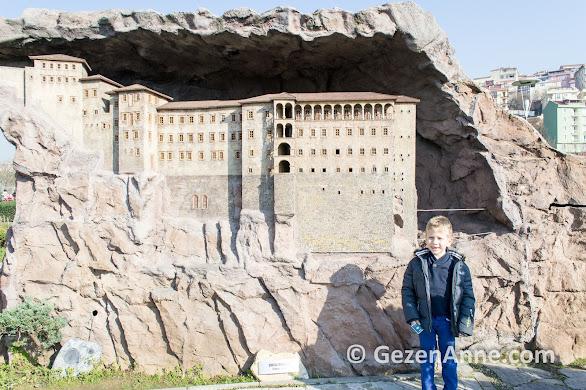Trabzon Sümela manastırı yanında oğlum, Miniatürk