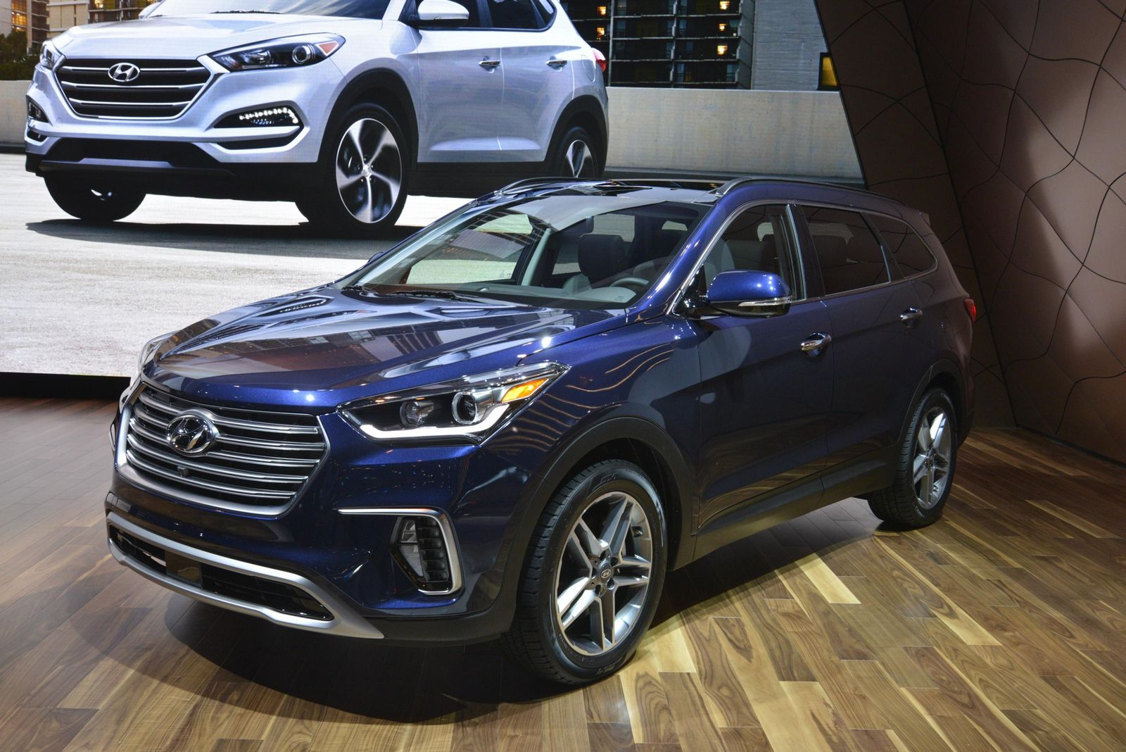 facelifted hyundai santa fe and sante fe sport pose for chicago 39 s cameras carscoops. Black Bedroom Furniture Sets. Home Design Ideas