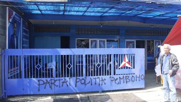 Pagar Markas Demokrat Bandung Dicoreti 'Partai Politik Pembohong'