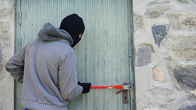 Arrestan a un ladrón en el Reino Unido que intentó devolver las cosas que robó y no pudo vender