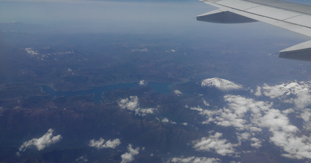 Volcán Antuco y la Laguna del Laja desde el avión (Chile)