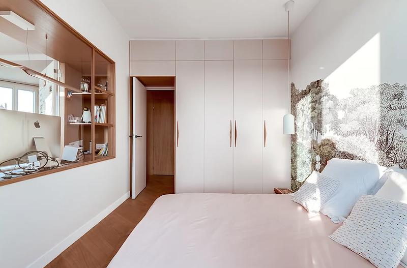 Dormitorio con vano de cristal abierto al salón