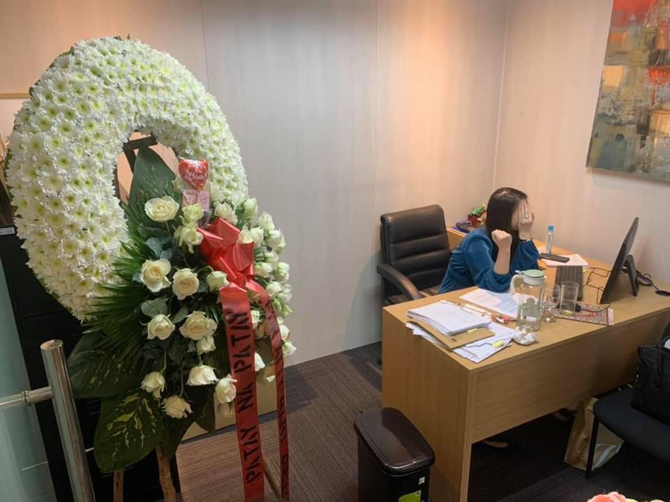 "Boyfriend sends hilarious ""patay na patay"" funeral wreath for girlfriend on Valentine's Day"