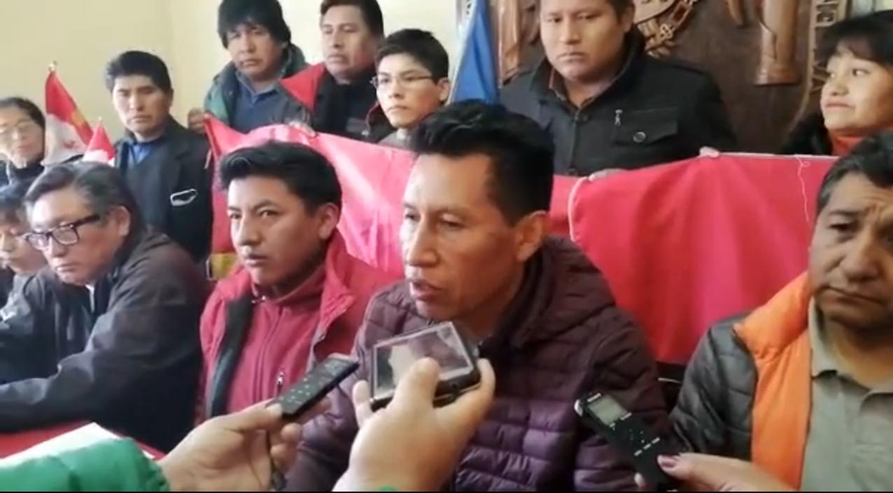 Rodríguez, rodeado de la dirigencia de COMCIPO anunciando su renuncia a Bolivia Dice No / EL POTOSÍ