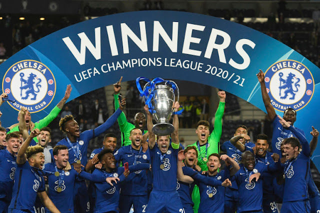 Chelsea players lifting the UEFA champions league