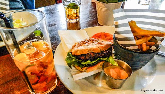 Londres - hambúrguer e Pimm's do Builder Arms Pub, em Kensington